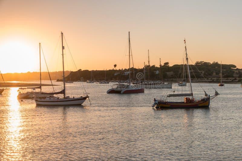 Port d'Alvor au coucher du soleil au Portugal images stock
