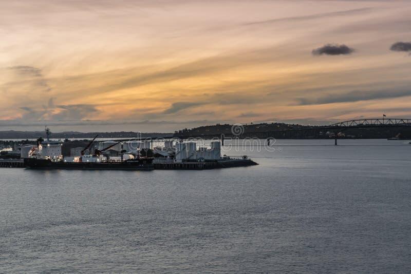 Port d'arrivée ou de départ pour le pétrole de Westhaven au coucher du soleil à Auckland image stock