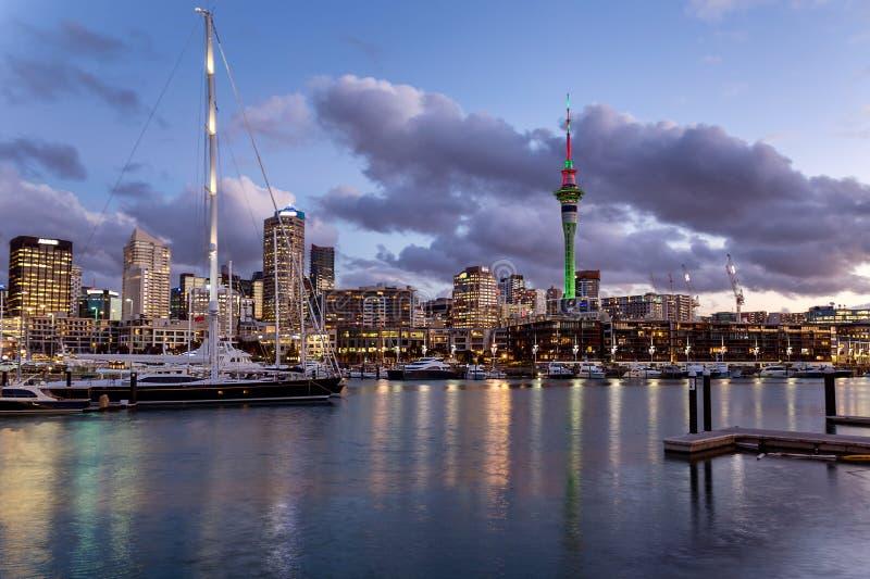 Port d'Auckland au coucher du soleil avec de beaux yachts et horizon de ville photographie stock libre de droits