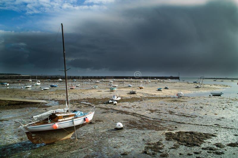 Port dans brittany avant la tempête images libres de droits