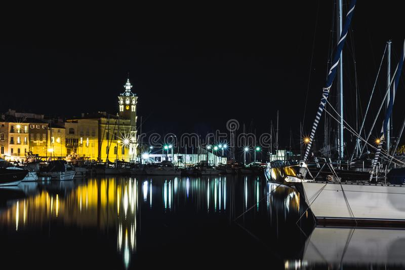 Port dans l'eau de miroir de nuit photographie stock