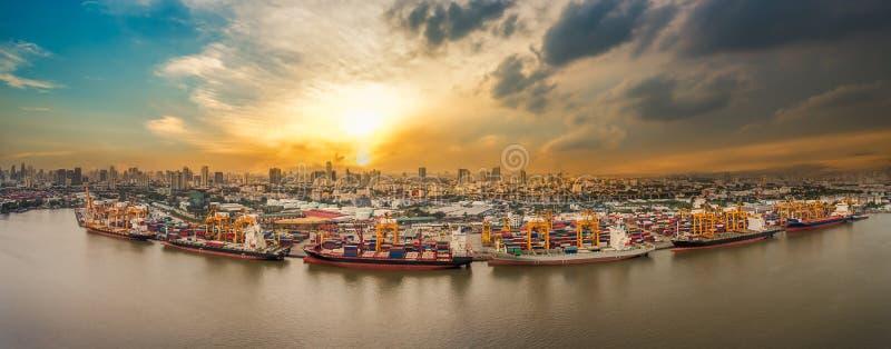 Port dans la ville photographie stock libre de droits
