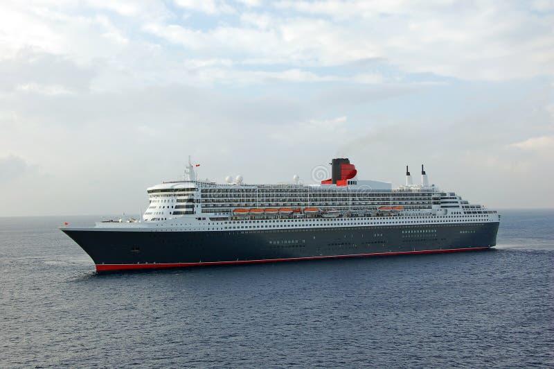 Port de approche moderne de bateau de croisière photographie stock libre de droits