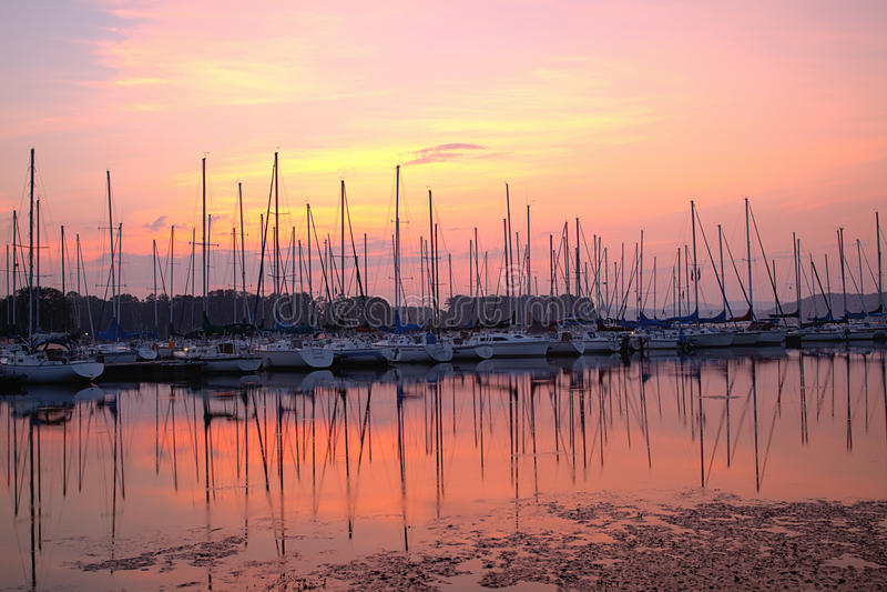 Port de bateau à voiles au lever de soleil image libre de droits