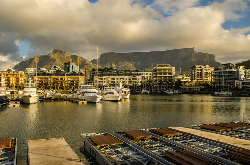 Port de Cape Town, coucher du soleil de Victoria et d'Alfred Waterfront photos stock