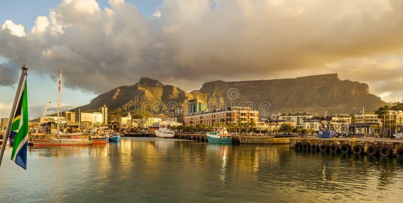 Port de Cape Town, coucher du soleil de Victoria et d'Alfred Waterfront photographie stock libre de droits