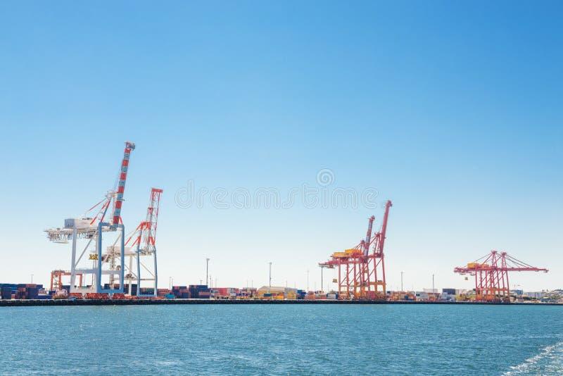 Port de cargaison avec des grues photos stock
