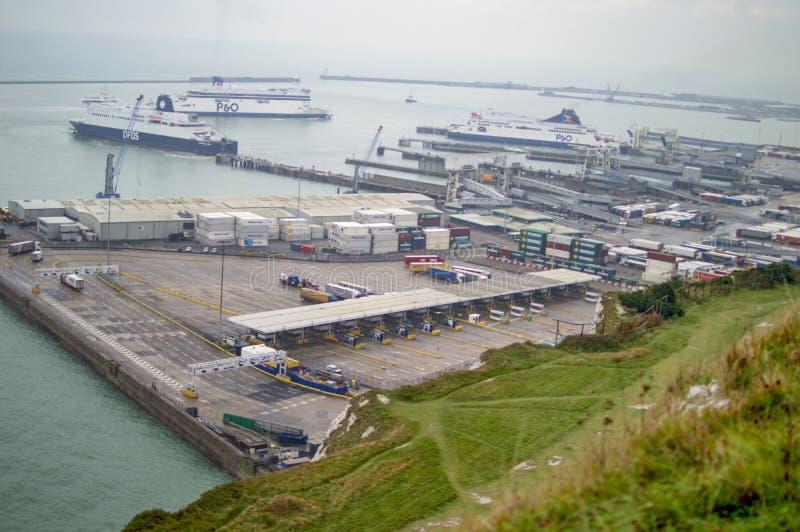 Port de Douvres évident du haut de la colline chez Kent images libres de droits