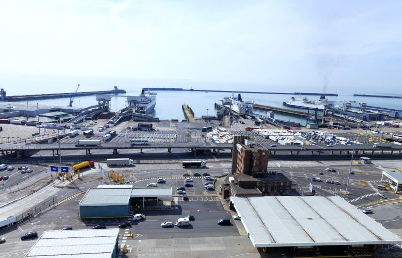 Port de Douvres avec des véhicules attendant sur des terminaux du ferry photo libre de droits