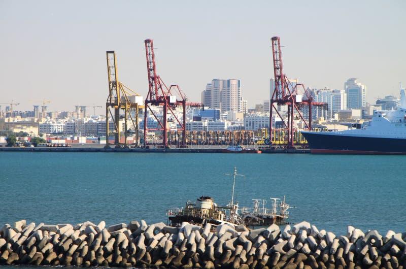 Download Port de Dubaï photo stock. Image du bassin, grue, riche - 8662192