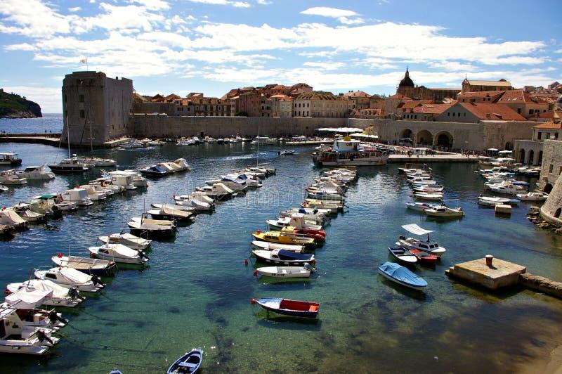 Port de Dubrovnik complètement des bateaux photos stock