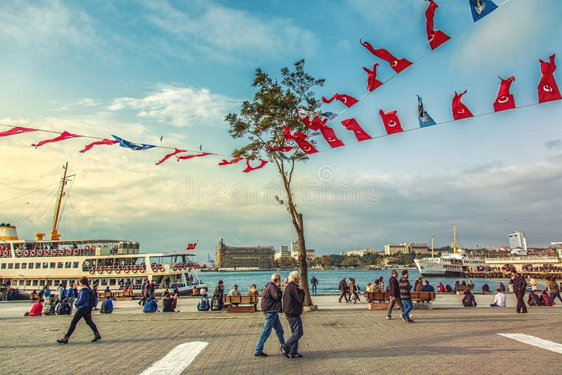 Port de ferry à la partie asiatique d'Istanbul - Kadikoy avec la vue de la gare ferroviaire de Haydarpasa photo libre de droits