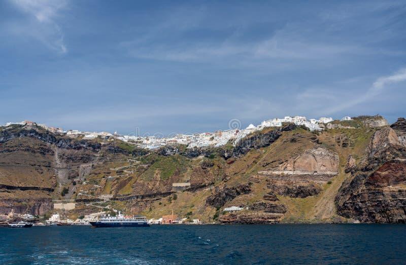Port de Fira sur l'île volcanique de caldeira de Santorini image libre de droits