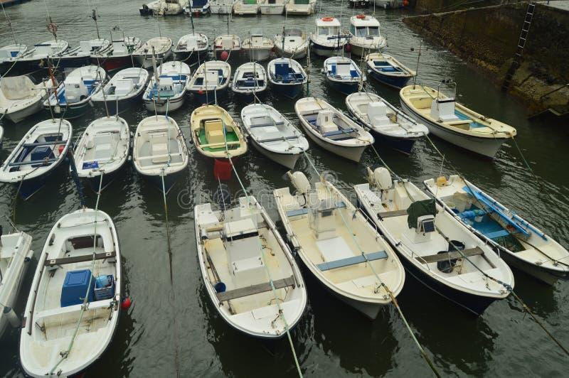 Port de Mundaca avec ses bateaux de pêche et de sports dans l'amarrage par Huracan Hugo Nature de voyage de navigation photos stock
