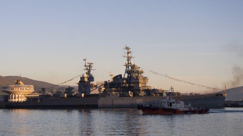Port de Novorossiysk, de musée de navire de guerre et de touristes photos stock