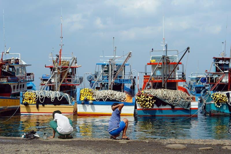 Port de pêche asiatique industriel. photos libres de droits