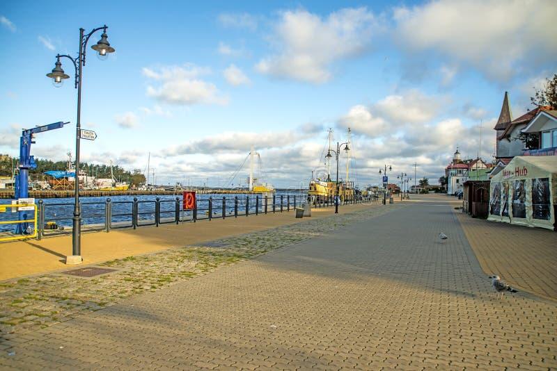 Port de pêche d'Ustka, Pologne avec le promanade images libres de droits