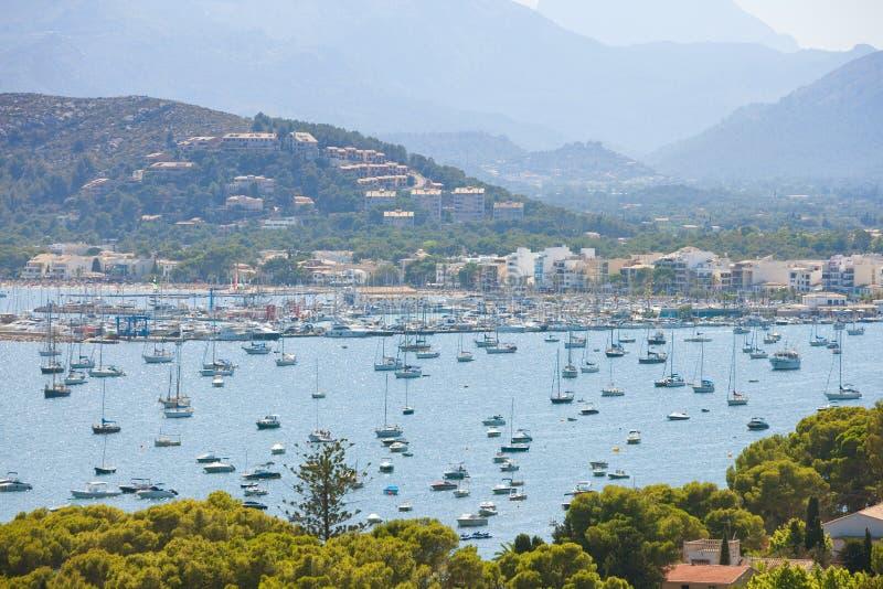 Port de Pollenca, Mallorca - massor av fartyg på havsporten av Po royaltyfria bilder