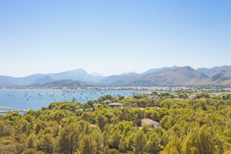 Port de Pollenca, Mallorca - som omges av wood land som du skallr fi arkivbild