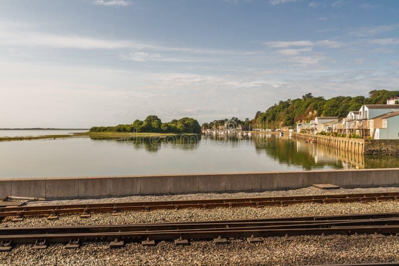 Port de Porthmadog avec des voies de chemin de fer de Ffestiniog dans le premier plan photo stock