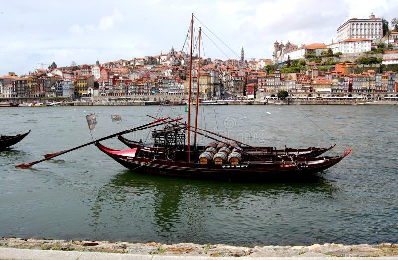 Port de Porto avec de vieux bateaux gauches images libres de droits