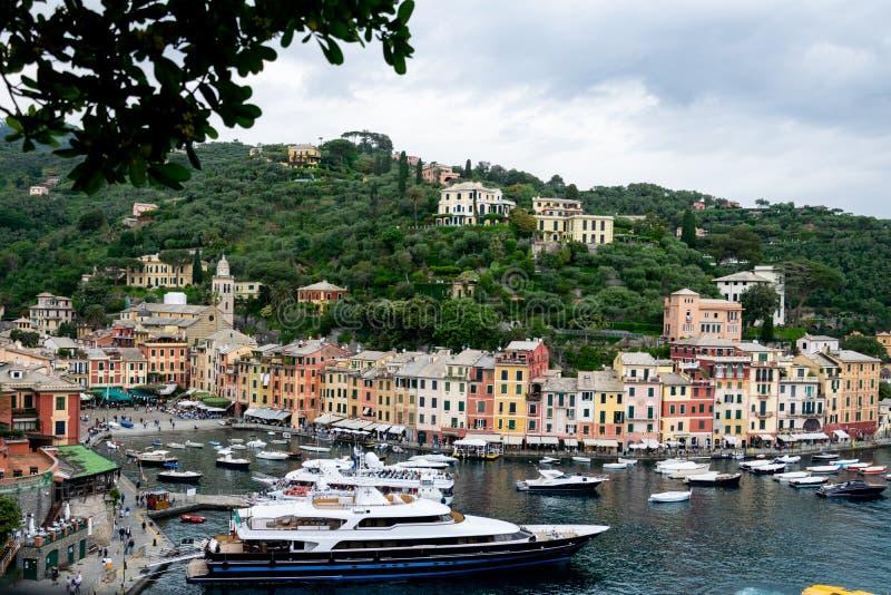 Port de Portofino avec le superbe-yacht T M Blue One photos libres de droits