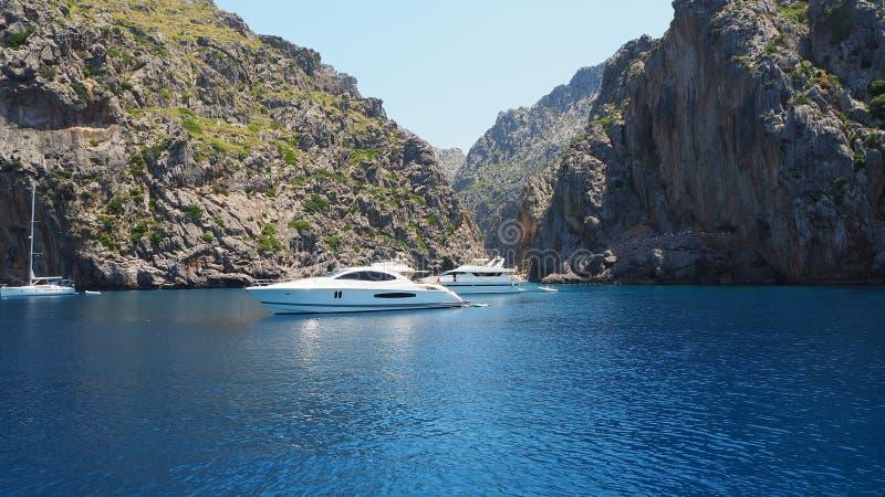 Port de Sa Calobra, Mallorca, España La bahía con el mar de la turquesa del barco fotos de archivo libres de regalías