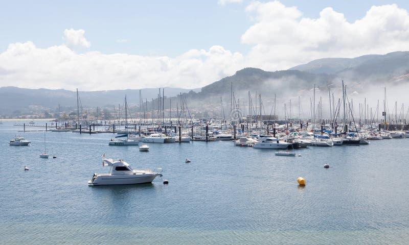 Port de sport de Bayona avec le brouillard photos libres de droits