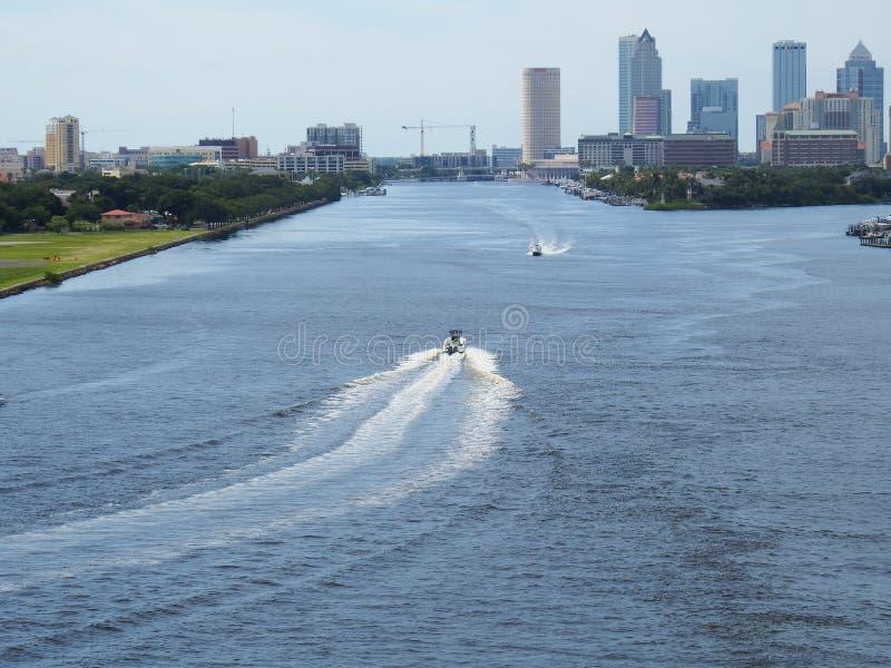 Port de Tampa, la Floride, bateaux sur l'eau devant l'horizon de Tampa image libre de droits