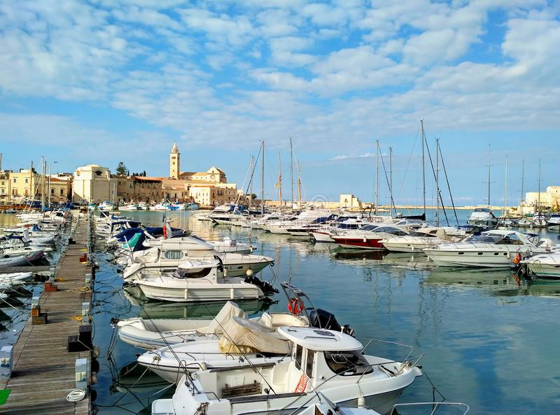 Port de Trani, petite ville scénique en Puglia, Italie image libre de droits