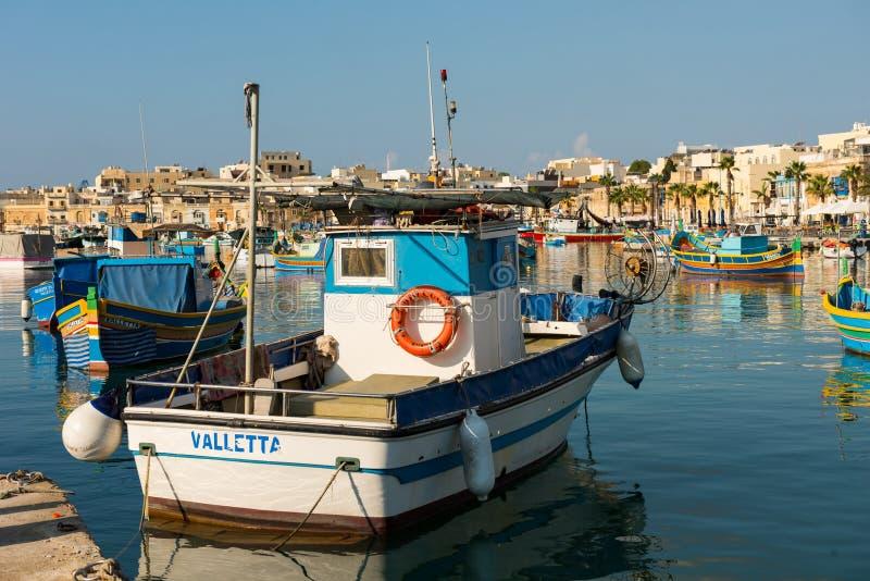 Port de village de pêche de Marsaxlokk avec des bateaux photographie stock libre de droits