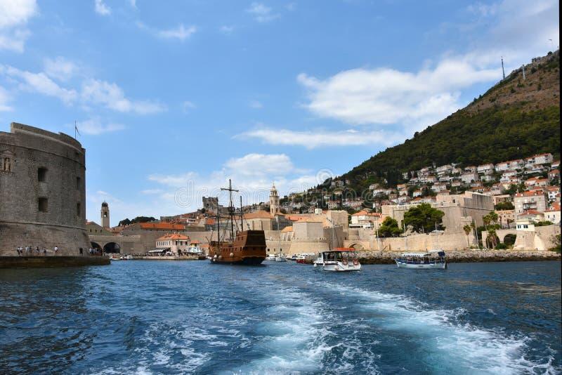 Port de ville avec le fort St John et le vieux voilier, Dubrovnik image stock