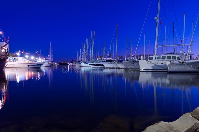 Port de yacht la nuit photos libres de droits