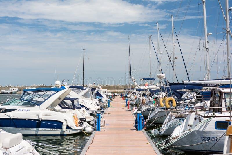 Port des yachts et des bateaux modernes image libre de droits