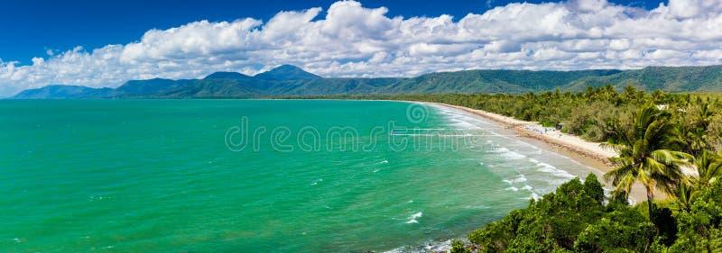 Port Douglas praia de quatro milhas e oceano no dia ensolarado, Austrália foto de stock