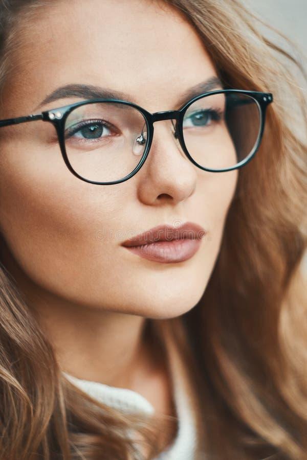 Port en gros plan de portrait de modèle à la mode d'eyewear transparent photo stock