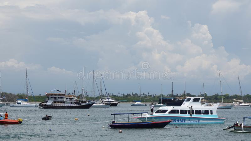 Port en plage serangan Bali photo stock