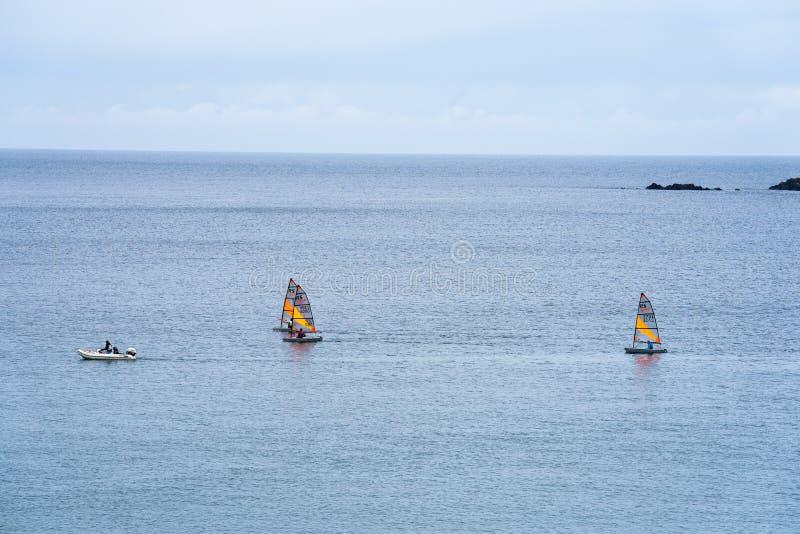 Port Erin, île de Man, le 16 juin 2019 Navigation de la formation de peloton chez Erin Bay gauche images stock