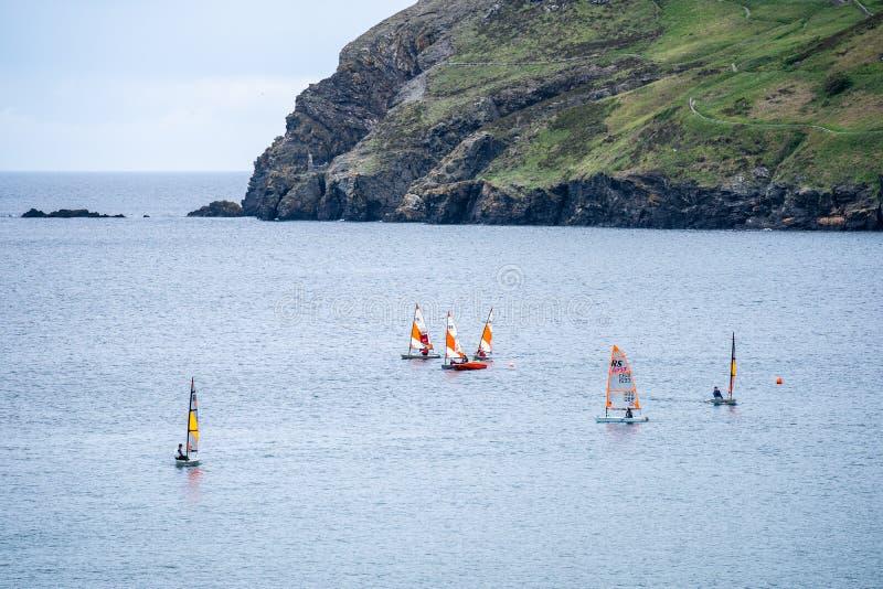 Port Erin, île de Man, le 16 juin 2019 Navigation de la formation de peloton chez Erin Bay gauche image libre de droits