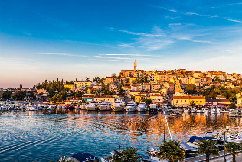 Port et village de Vrsar pendant la Coucher du soleil-Croatie photos stock