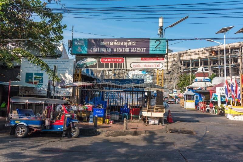 Port för Chatuchak helgmarknad med trehjulingtuk-tuk som parkeras på kerbside royaltyfria bilder