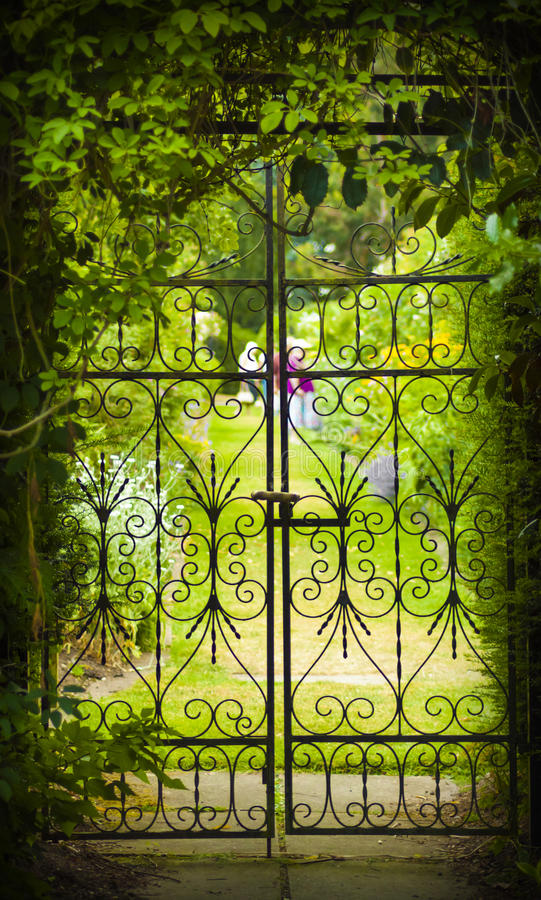 Port för hemlig trädgård och järn arkivfoto