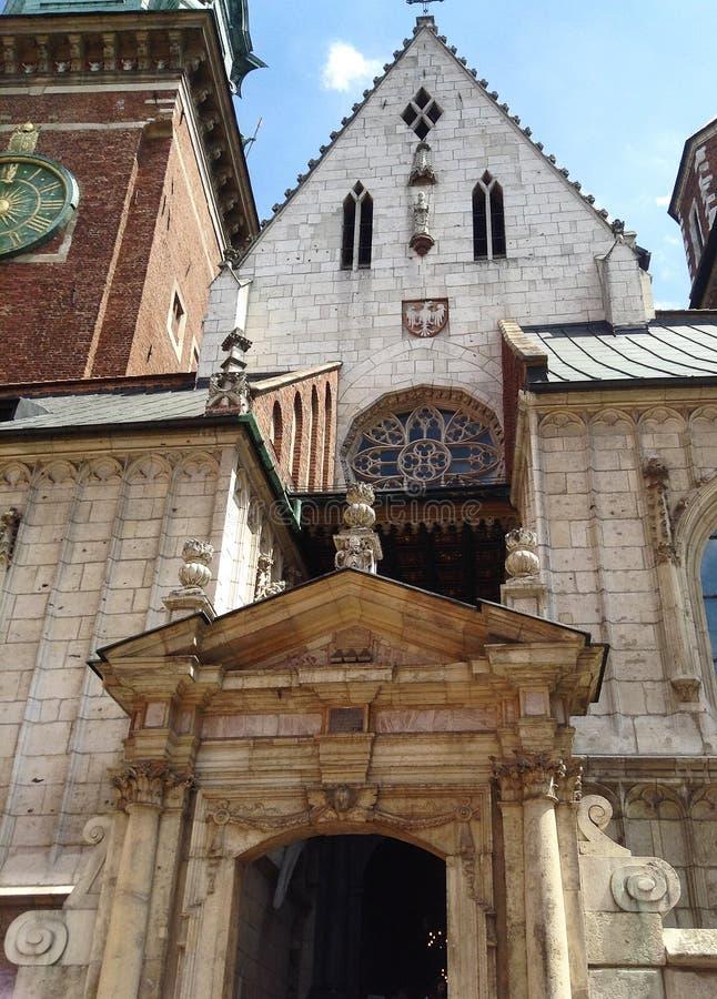 Port för huvudsaklig ingång till den Wawel domkyrkan i Krakow, Polen royaltyfria bilder