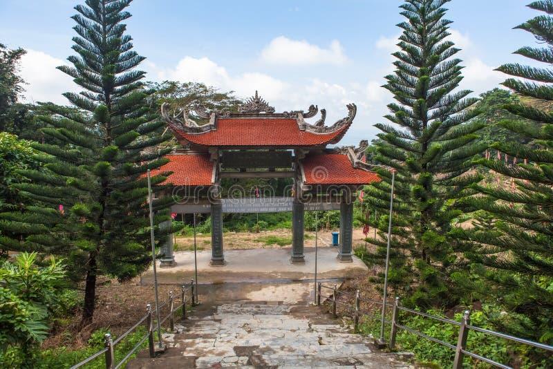 Port för huvudsaklig ingång till pagoden vietnam arkivbilder