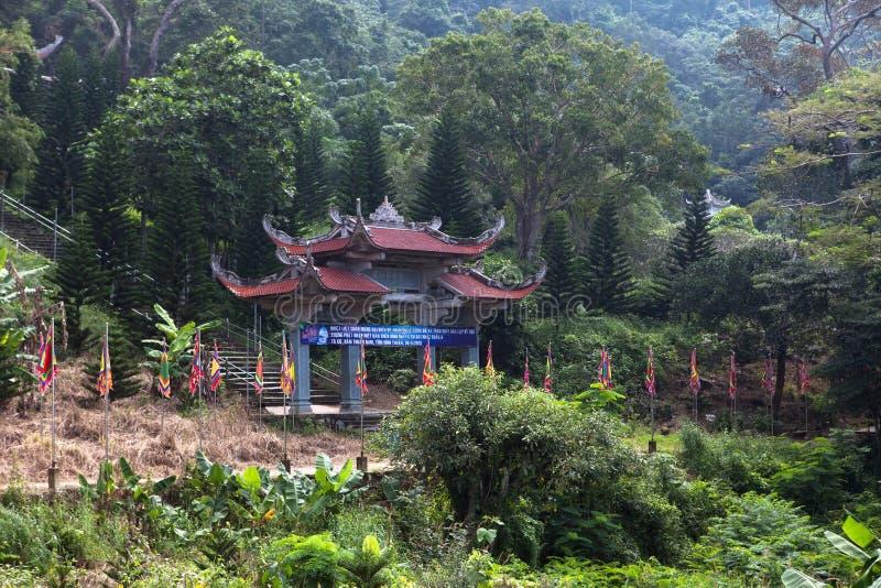 Port för huvudsaklig ingång till pagoden vietnam royaltyfri bild
