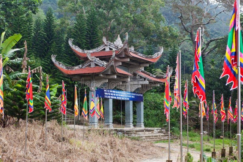 Port för huvudsaklig ingång till pagoden vietnam arkivbild