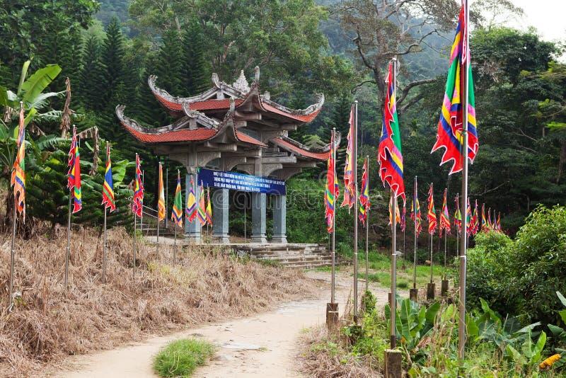 Port för huvudsaklig ingång till pagoden vietnam arkivfoton