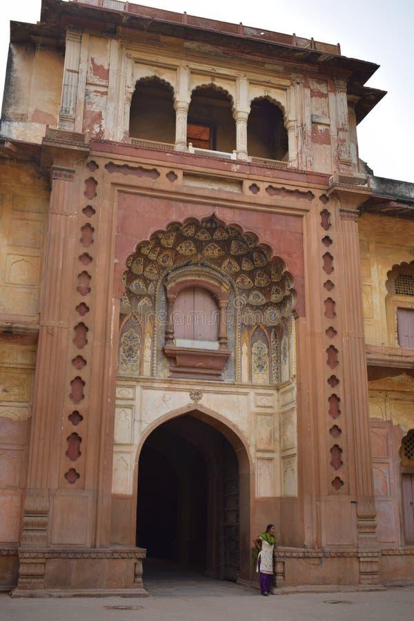 Port för huvudsaklig ingång till Safdarjangs gravvalv i Delhi royaltyfri fotografi