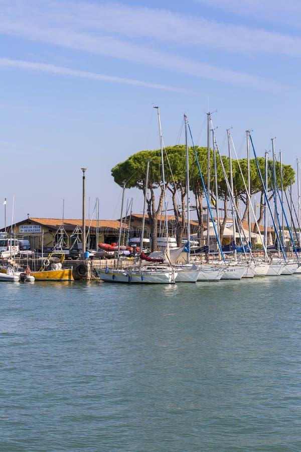 Port för segelbåt på sjön Garda, Desenzano, Italien royaltyfri foto