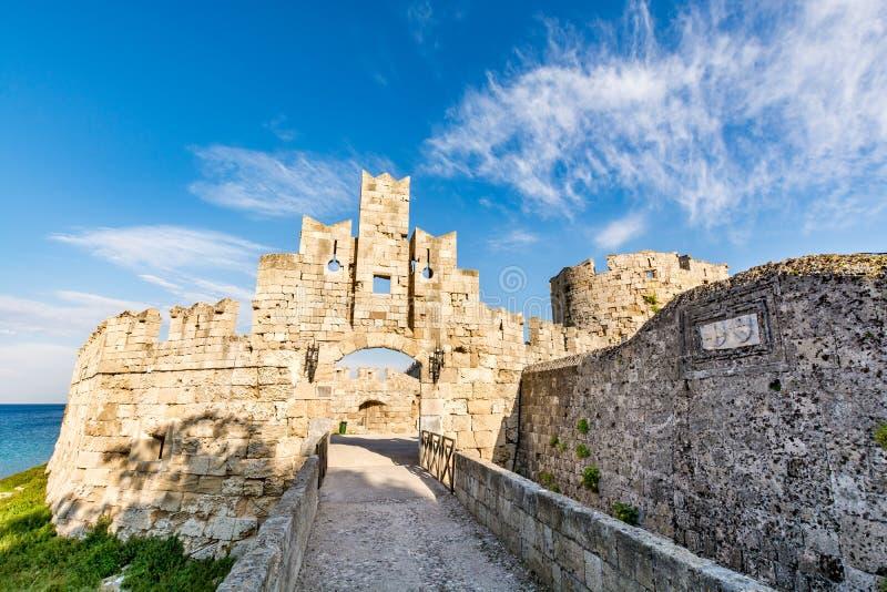 Port för St Paul ` s på Rhodes den gamla staden och bron som leder till den, Rhodes ö arkivbild